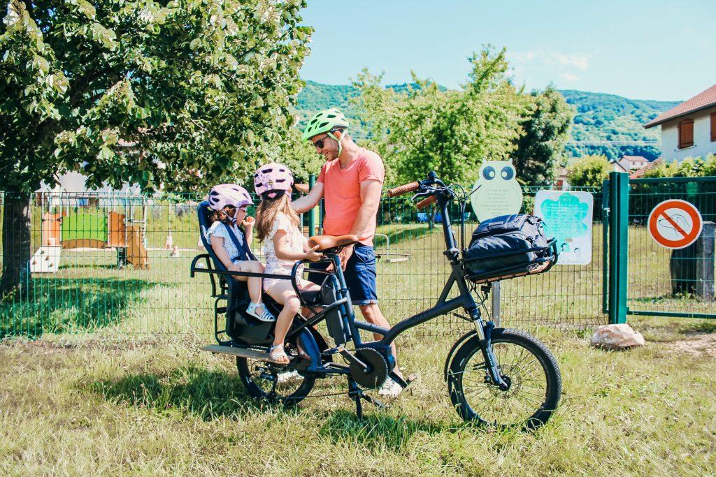 Transport-enfants-vélo-cargo-sécurité-casque-siège enfant